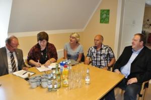 Christa Brand unterzeichnet die Verträge